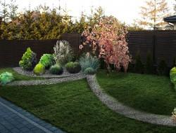 Wizualizacja strefy prywatnej - układ nawiązujący do strefy wejściowej, kompozycja krzewów iglastych z trawami ozdobnymi, wprowadzono wiosennny akcent kolorystyczny w postaci migdałka trójklapowego o naturalnym pokroju