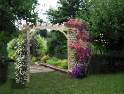 Wizualizacja pergoli łączącej część użytkową i rekreacyjną ogrodu